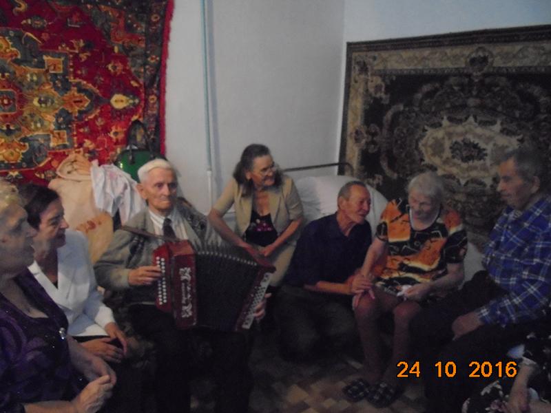 Прасковья Ивановна поет песни под гармонь