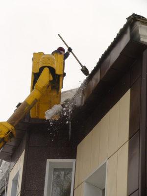 Сброс снега с кровли здания