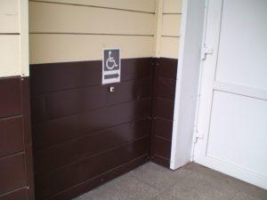 Кнопка вызова персонала перед центральным входом