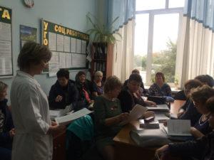 Медицинская сестра проводит беседу с сотрудниками Центра