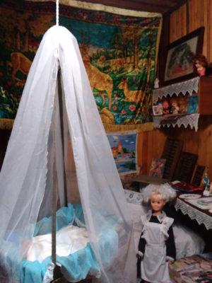 Музейный экспонат - колыбельная с младенцем