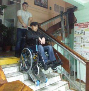 Мобильный лестничный подъемник гусеничного типа для перемещения по этажам