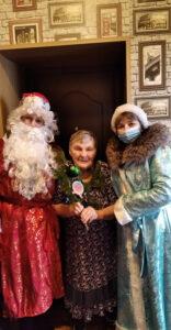 Получатель социальных услуг с Дедом Морозом и Снегурочкой