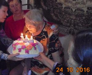 Прасковья Ивановна задувает свечи