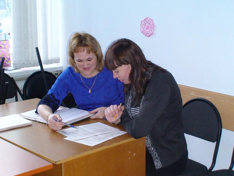 Осуществление наставнической деятельности (наставник - Крамаренко Т.В. (слева) и социальный работник Чауш Л.Г. (справа)