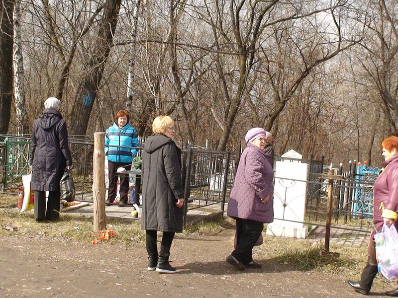 Получатели услуги посещают кладбище в родительский день