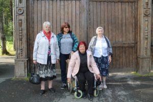 Получатели социальных услуг у входа в Томскую писаницу