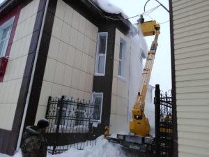 Убираем снег с крыши