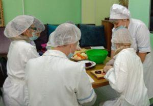 обучающиеся готовят салат