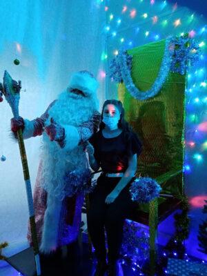 Учащаяся школы Новые возможности с Дедушкой Морозом